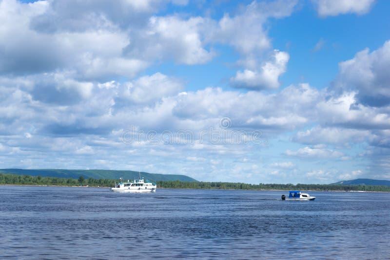 De bootvlotters op de rivier, betrekt in de hemel stock foto's