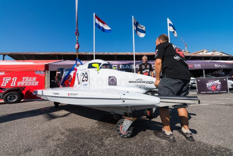 De bootvoorbereidingen van gek-Croc Baba Racing Team royalty-vrije stock afbeeldingen