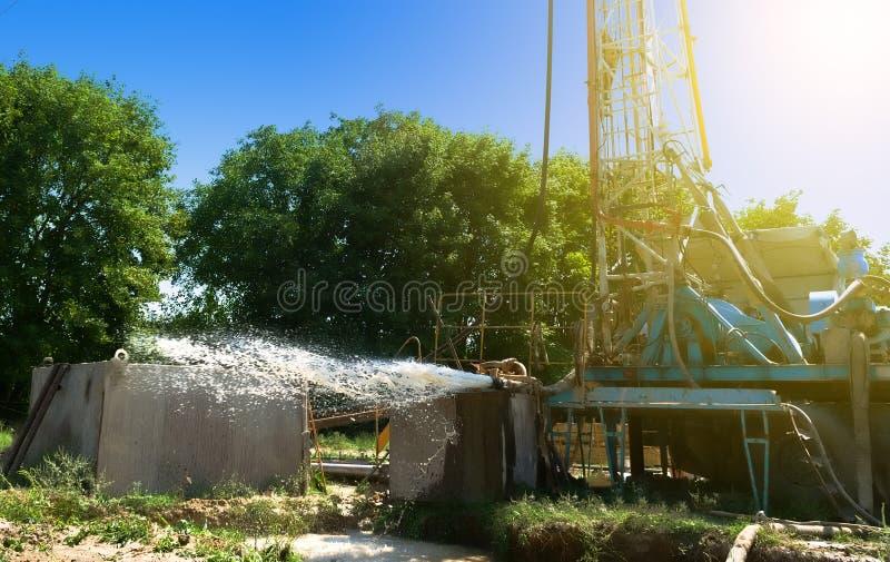 De boringsinstallatie boort een put om water te halen Goed assimilatiewatervoorziening onder rotsdruk aan de oppervlakte royalty-vrije stock foto
