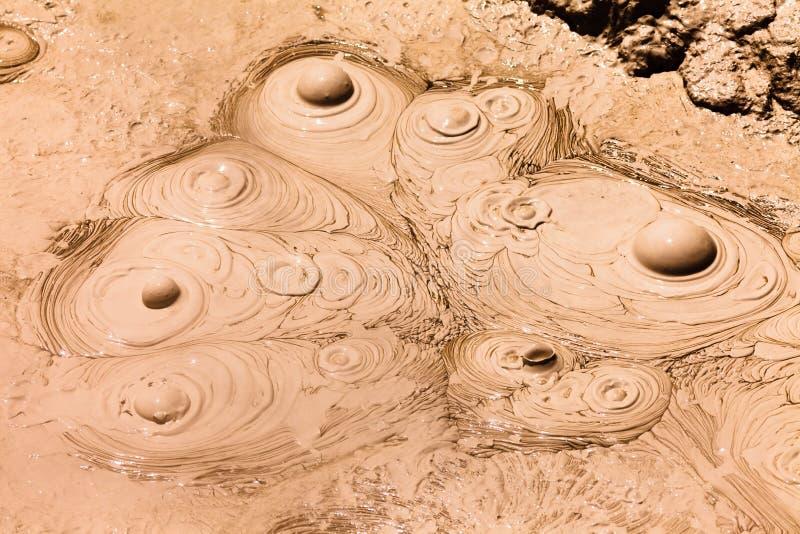 De borrelende hete achtergrond van de modder geothermische lente stock foto