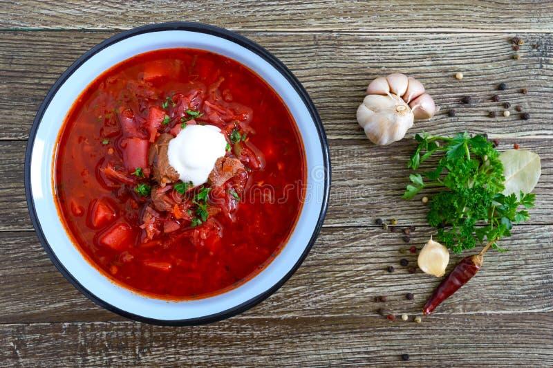 De borsjt is een traditionele Oekra?ense schotel in een kom op de lijst Smakelijke en gezonde lunch royalty-vrije stock foto