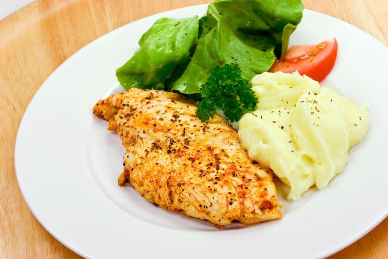 De borst van de kip - die, met salade wordt gemarineerd en wordt gebakken royalty-vrije stock fotografie