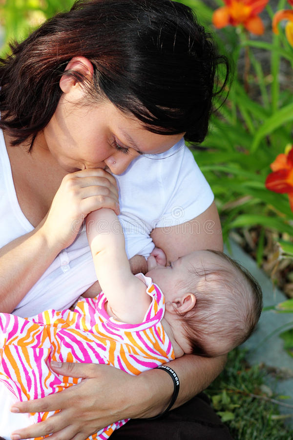 De Borst van de moeder - voedende Baby royalty-vrije stock afbeelding