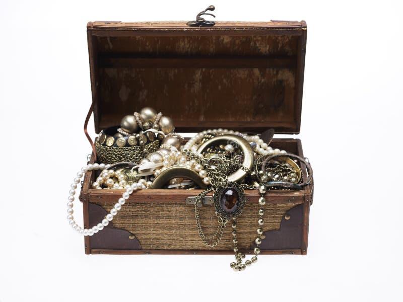 De borst van de schat met veel juwelen stock fotografie