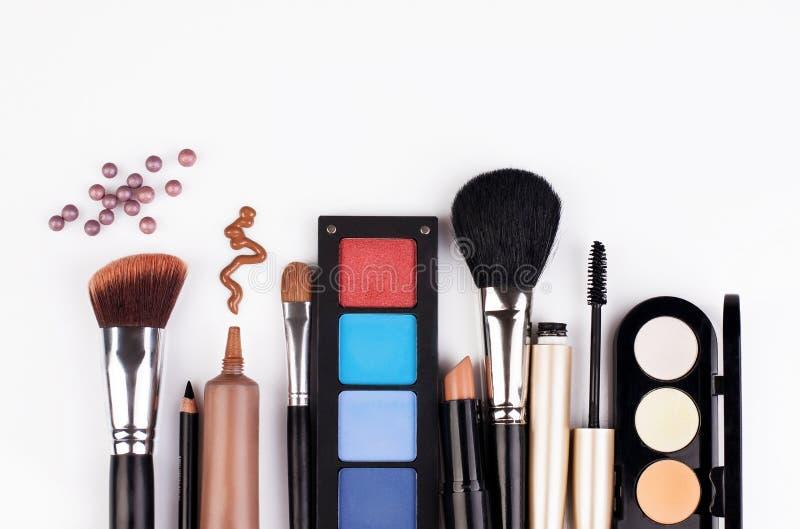 De borstel en de schoonheidsmiddelen van de make-up royalty-vrije stock foto's