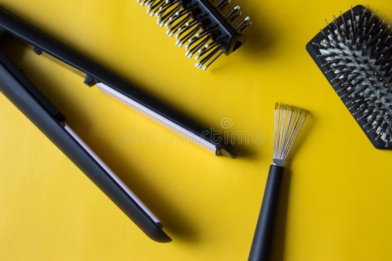 De borstels en het speciale hulpmiddel zullen helpen verwarring en stof verwijderen dat tussen de tanden of het varkenshaar wordt royalty-vrije stock afbeelding