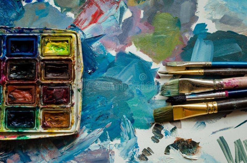 De borstels van de kunstenaarsverf en waterverfpaintbox royalty-vrije stock foto's