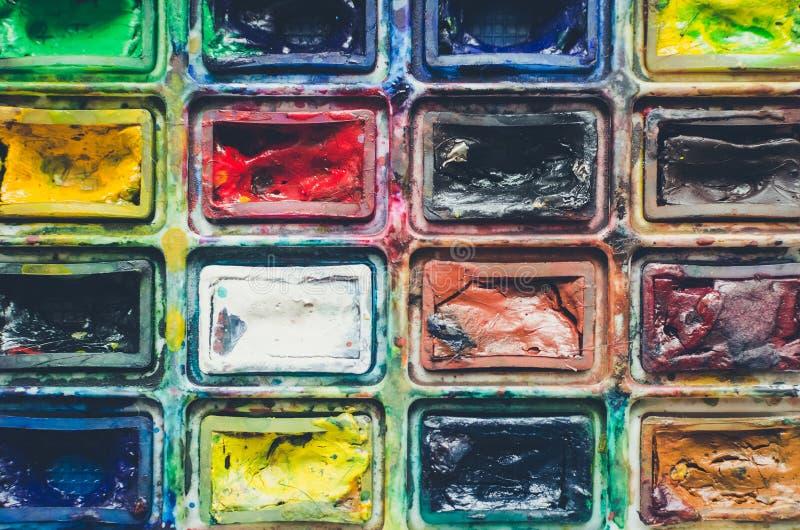 De borstels van de kunstenaarsverf en waterverfpaintbox royalty-vrije stock foto