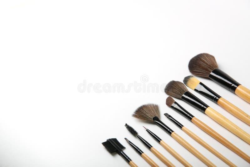 De borstels van de make-up op een witte achtergrond royalty-vrije stock foto's