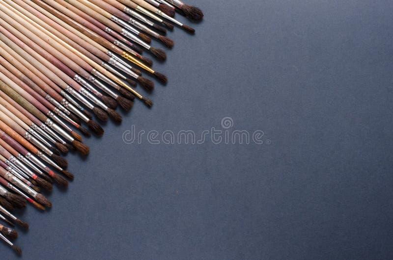 De borstels van de verf Grijze achtergrond met ruimte voor tekst stock foto's