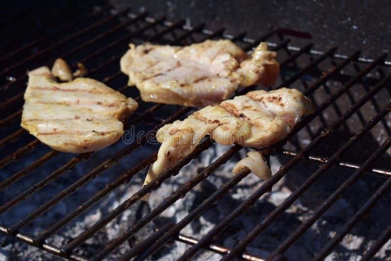 De borsten van de kip bij de grill royalty-vrije stock foto's