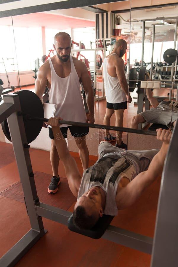 De Borstoefening van Helping Man On van de gymnastiekbus royalty-vrije stock foto's