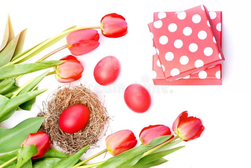 De bos van bloemen dichtbij roze polka stippelde huidige dozen royalty-vrije stock afbeeldingen
