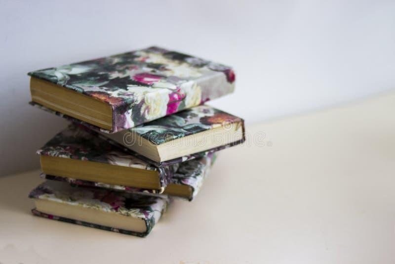de bos van boeken is op grijze lijst, lege ruimte voor tekst, is de stapel boeken grijze achtergrond, oranje, gele, groene, bruin royalty-vrije stock foto's
