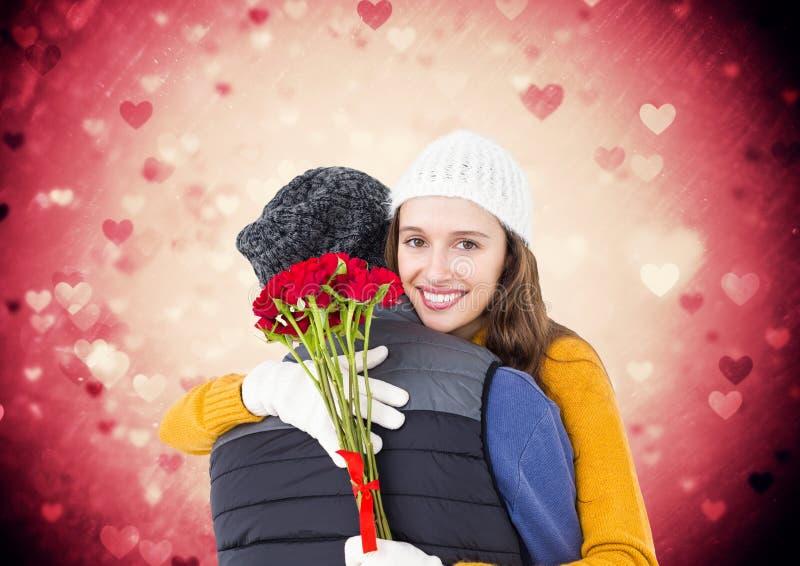 De bos van de vrouwenholding van rozen die de mens omhelzen royalty-vrije stock foto