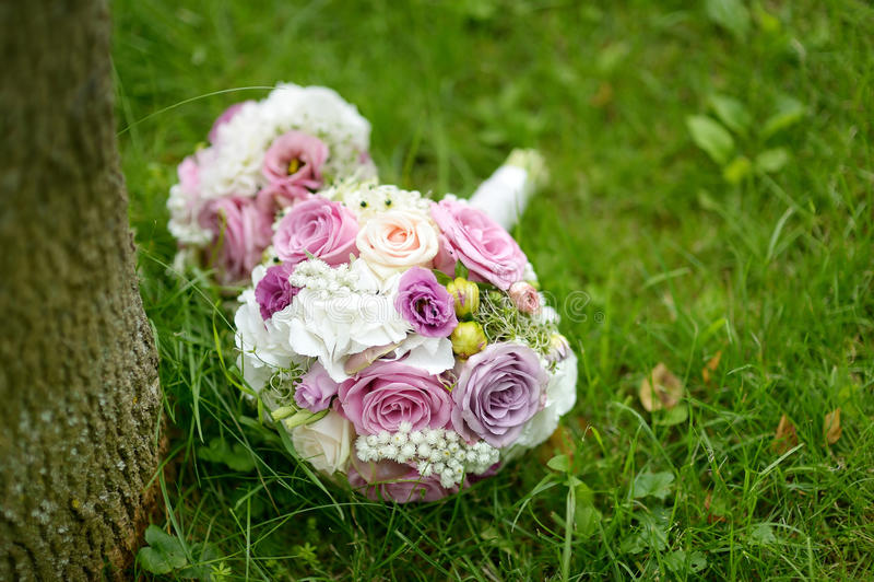 De bos van het huwelijk van roze rozen stock afbeelding