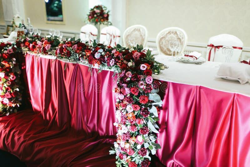 De bos van rode rozen, pionies en ranunculus als deel van wedd stock fotografie
