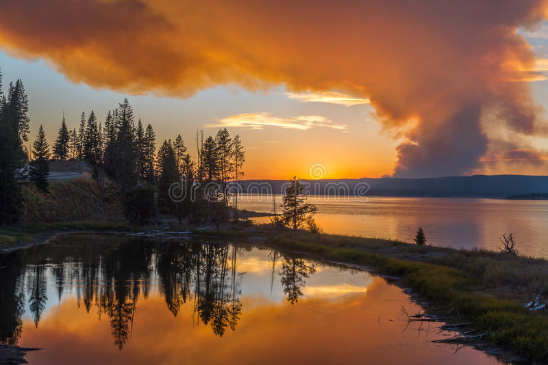 De bosbrand leidt tot grote oranje wolk over Yellowstone royalty-vrije stock foto