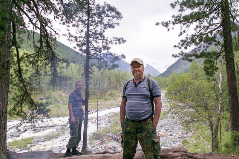 De bosbroers bevinden zich dichtbij de klip boven de rivier royalty-vrije stock foto