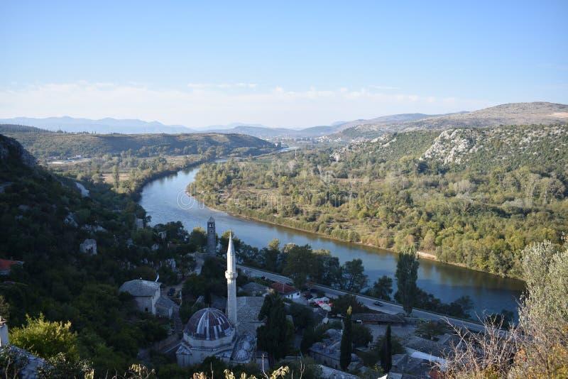 De Bosnische middeleeuwse stad van PoÄ  itelj en de Neretva-rivier stock afbeelding