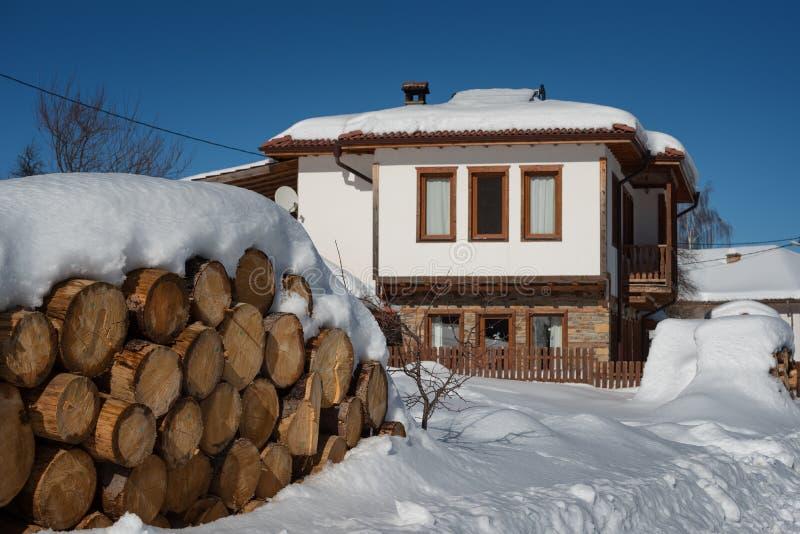 De bosscène van de winter Plattelandshuisje bij de berg in een zonnige de winterdag Sneeuwfairytale in Bulgarije royalty-vrije stock afbeeldingen