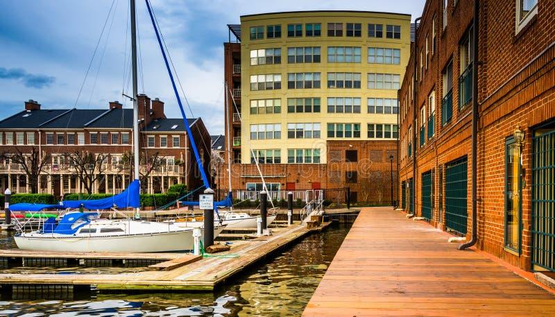 De boten en de gebouwen op de waterkant Fells binnen Punt, Baltimore, stock foto's