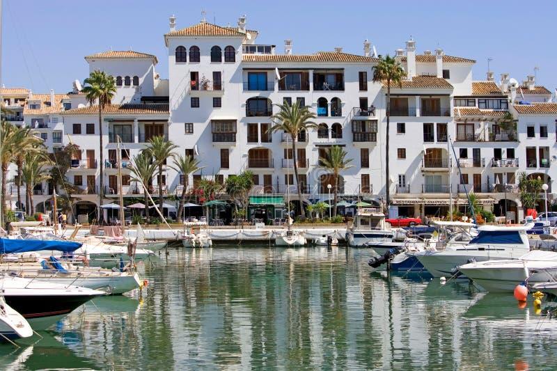De boten en de jachten legden in haven Duquesa in Spanje op Costa DE vast royalty-vrije stock fotografie