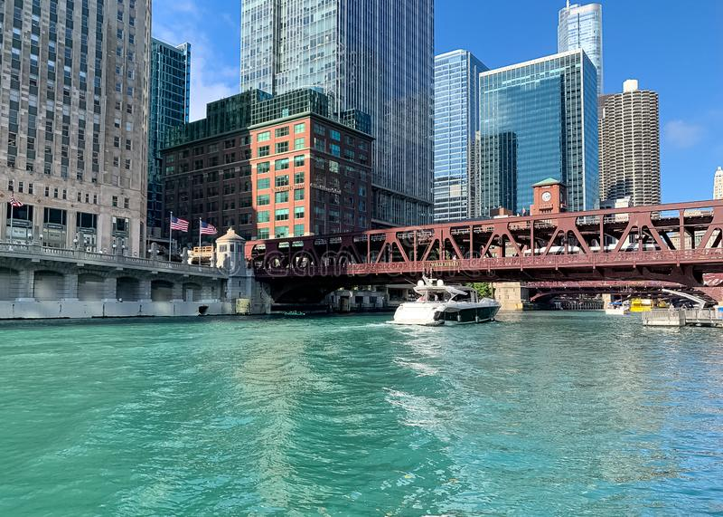 De boten en watertaxis overbevolken de Rivier van Chicago tijdens een overweldigende de zomermiddag stock afbeelding