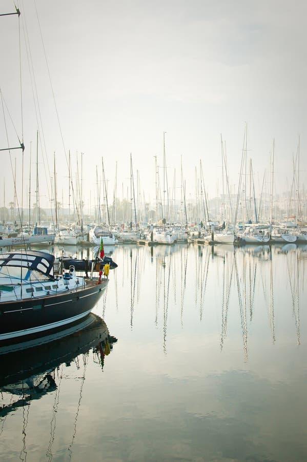 De boten legden tijdens een dichte mist in de jachthaven vast in Lagos, Algarve, royalty-vrije stock afbeeldingen