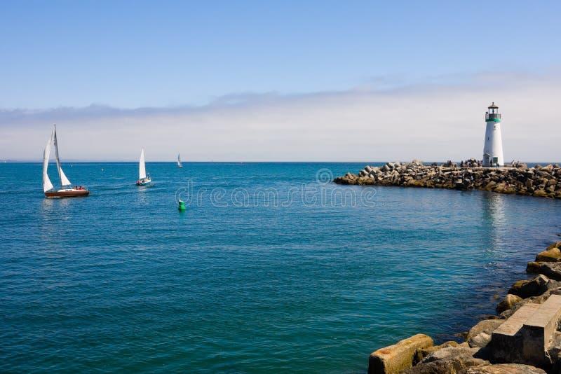 De boten van de vuurtoren en van het zeil royalty-vrije stock foto's