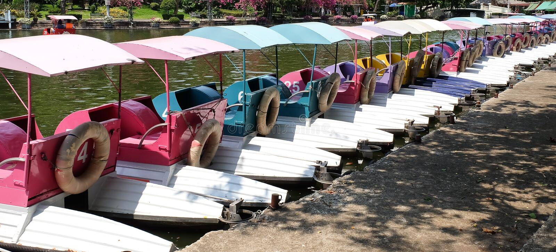 De Boten van de watercyclus of Pedaalboten in een Park stock foto's
