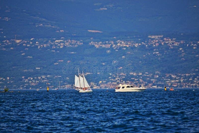 De boten van de genoegenreis in Garda-Meerwateren Noordelijk Italië royalty-vrije stock afbeeldingen