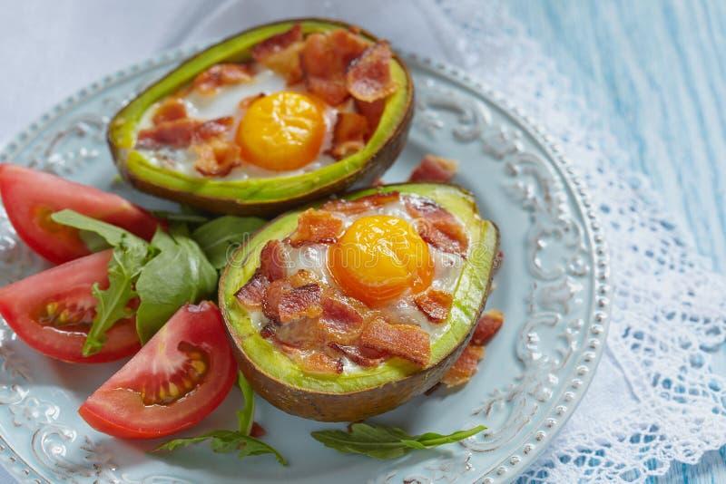 De Boten van het avocadoei met bacon royalty-vrije stock afbeeldingen