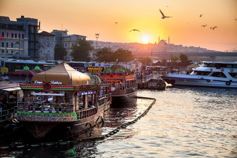 De boten van Istanboel bij zonsondergang stock afbeelding