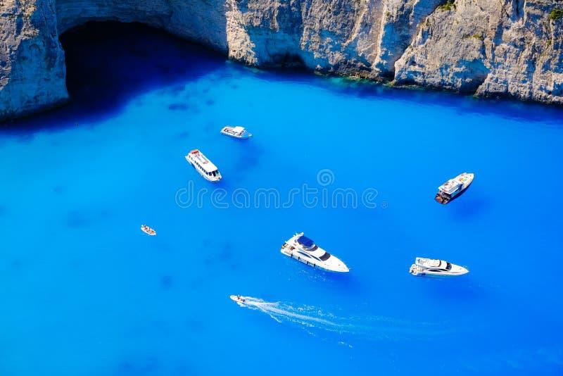 De boten verankerden op zee in Griekenland dichtbij het Eiland van Zakynthos, Navagio B stock foto