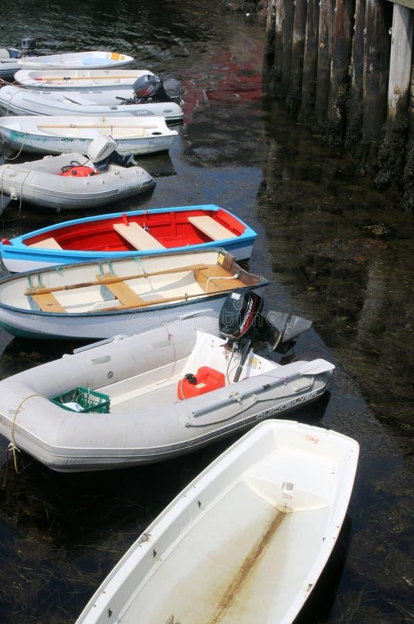 De boten zijn gebonden allen aan de pijler stock foto's