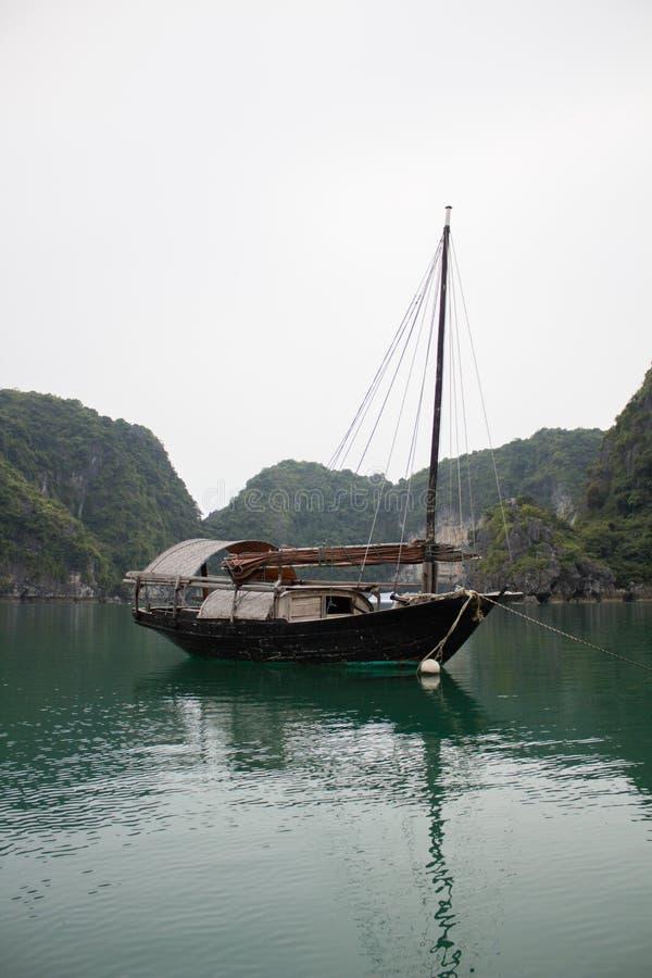 De botenhuizen in Ha snakken Baai stock afbeelding
