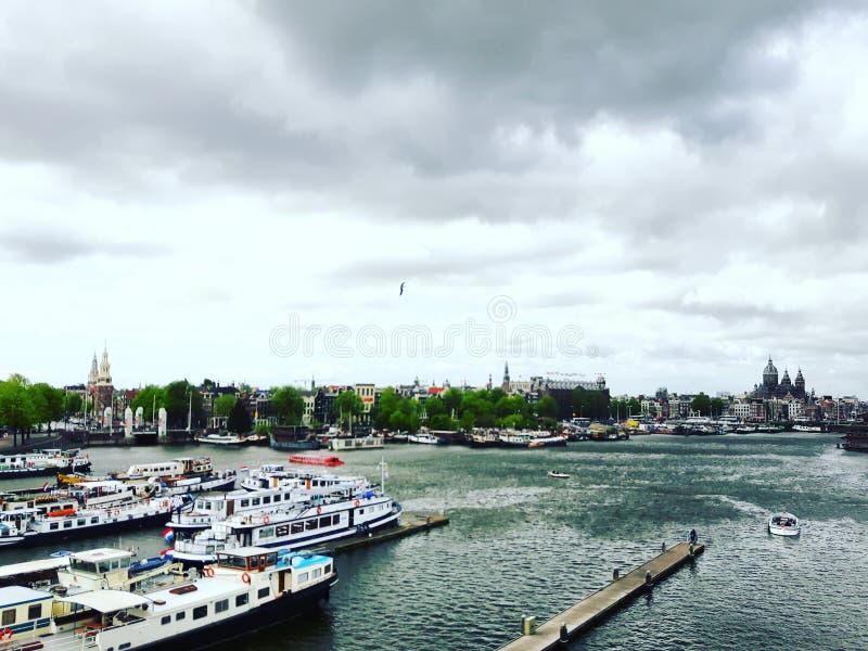 De botenpijler van Amsterdam het varen stock fotografie