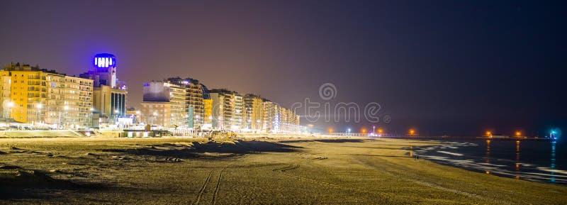 De boulevard en het strand van blankenberge staken bij nacht, populaire en toeristische plaats in België aan, verlichte stadsarch royalty-vrije stock foto's