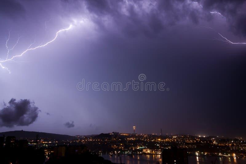 De bout van de bliksem over stad stock afbeelding