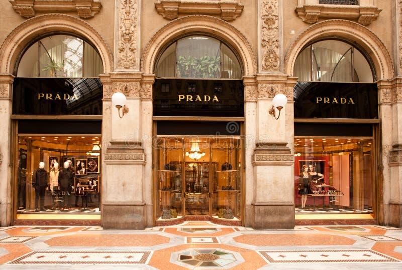 De boutique van Prada in Milaan stock afbeeldingen