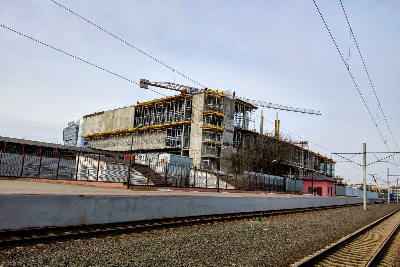 De bouw in aanbouw met kranen dichtbij de spoorweg royalty-vrije stock afbeeldingen