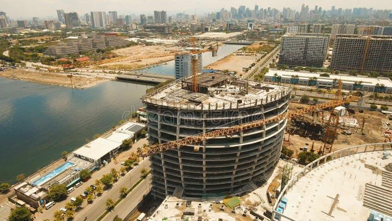 De bouw in aanbouw met kranen in de stad Filippijnen, Manilla, Makati royalty-vrije stock foto