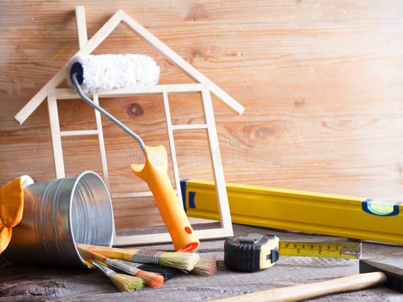 De bouw abstracte achtergrond van de huisvernieuwing met hulpmiddelen op houten raads diy stilleven stock foto's