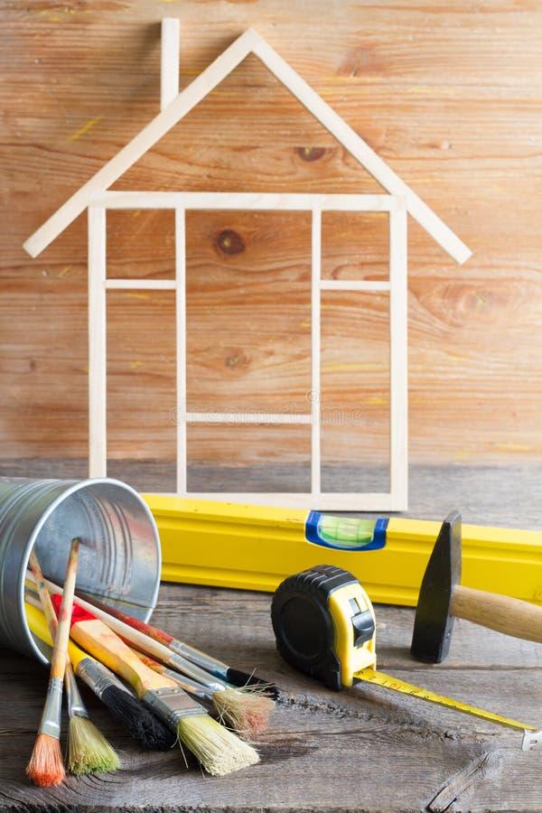 De bouw abstracte achtergrond van de huisvernieuwing met hulpmiddelen op houten raads diy stilleven royalty-vrije stock afbeelding