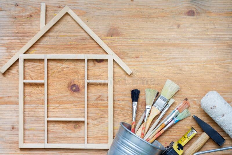 De bouw abstracte achtergrond van de huisvernieuwing met hulpmiddelen op houten raads hoogste mening en vrije plaats royalty-vrije stock foto's