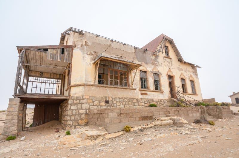 De bouw bij de spookstad van Kolmanskop stock fotografie