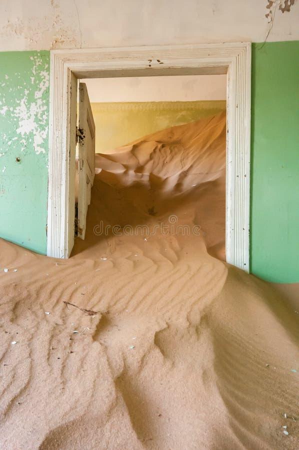 De bouw bij de spookstad van Kolmanskop stock foto