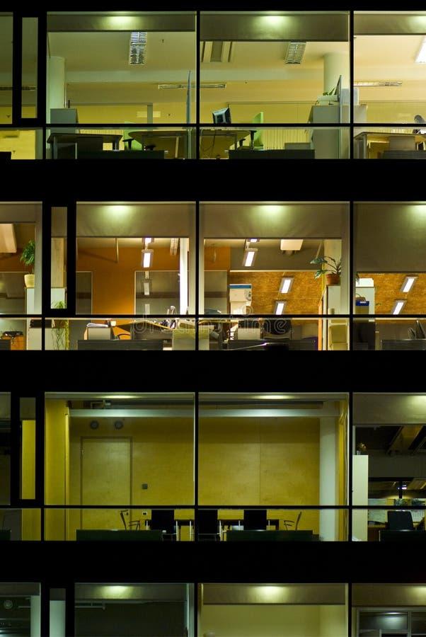 De bouw die bij nacht wordt verlicht stock afbeeldingen
