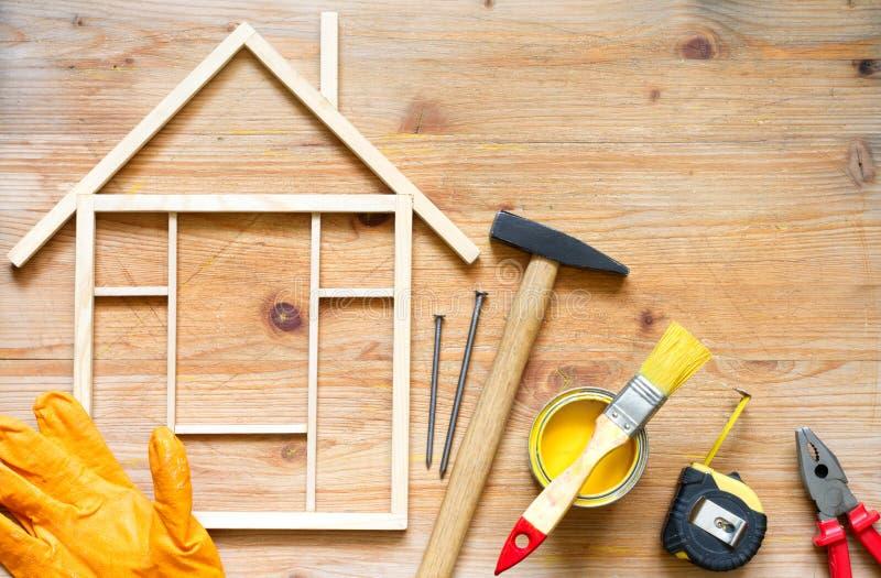 De bouw diy abstracte achtergrond van de huisvernieuwing met hulpmiddelen op houten raad stock foto